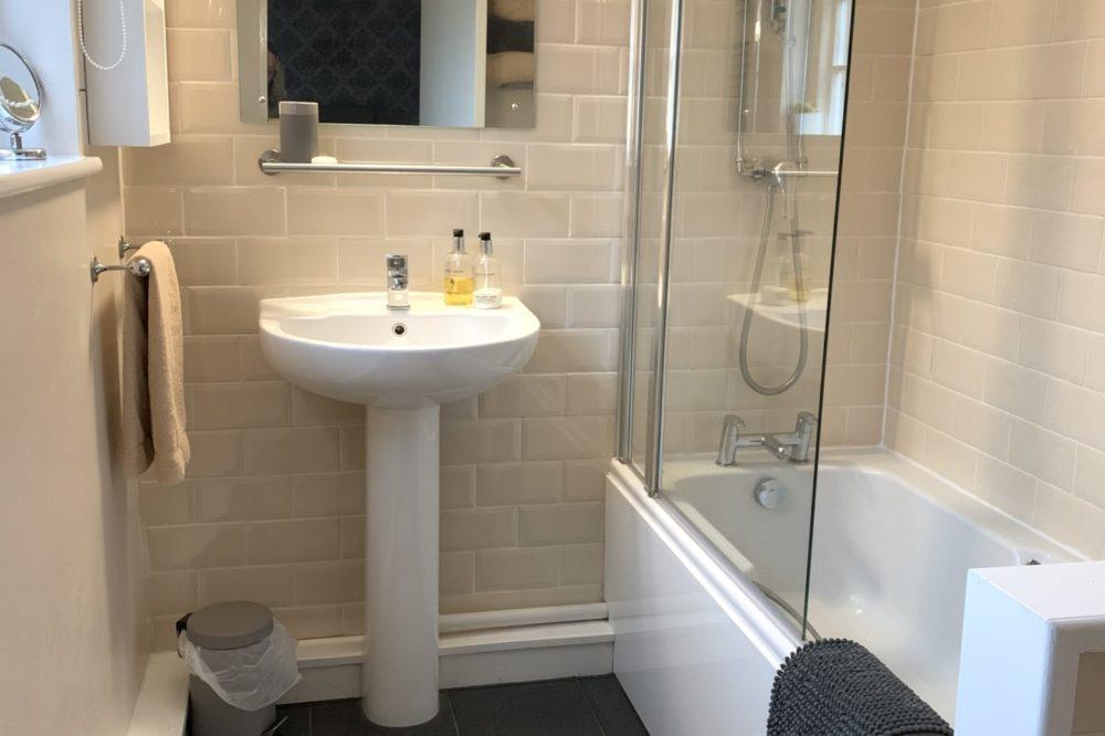 Glaslyn room bathroom